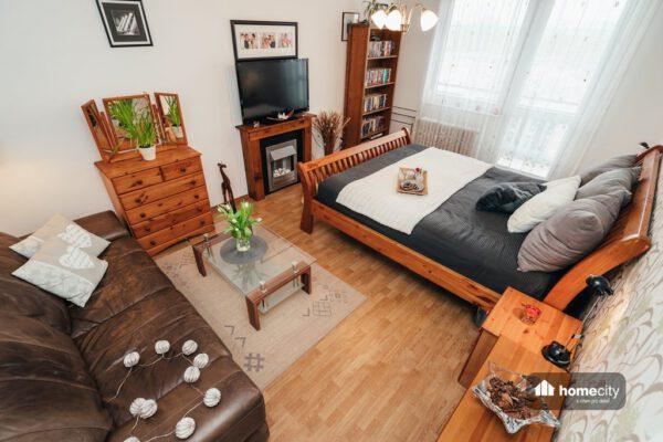 Obývací pokoj s ložnici