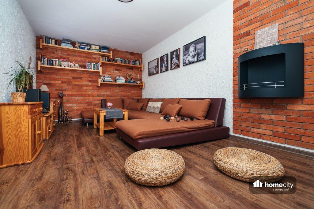 Obývací pokoj po rekonstrukci s krbem