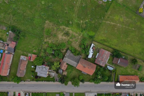 Pohled z dronu na dům