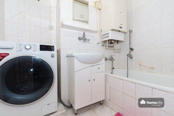Koupelna s vanou, umyvadlem a pračkou