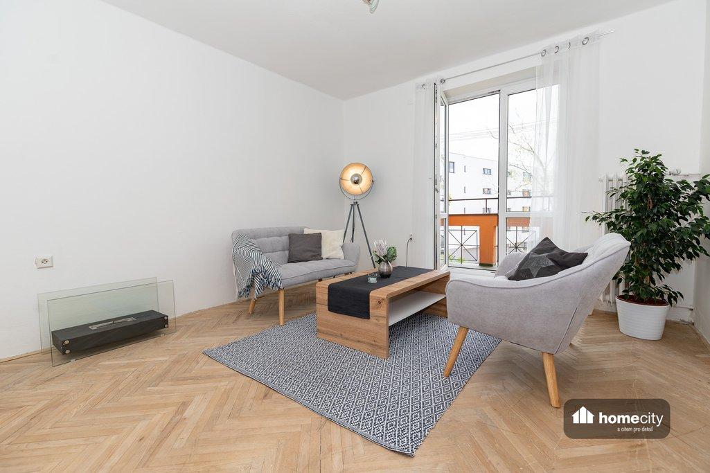 Obývací místnost s balkonem