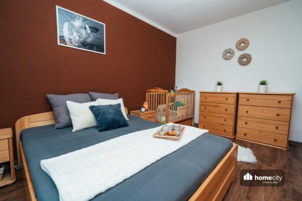 Manželská postel s komodami