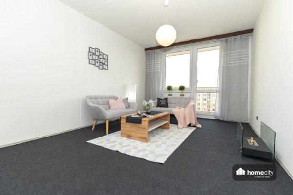 Obývací pokoj se vstupem na balkon