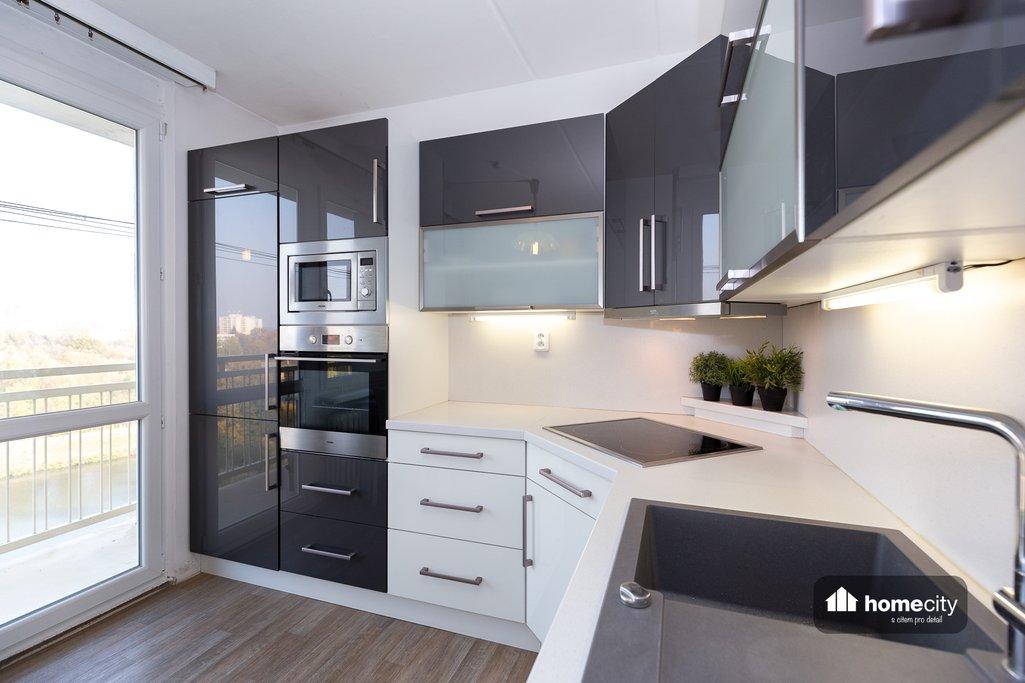 Nová kuchyně se vstupem na balkon