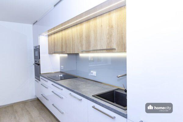 Moderní lesklá kuchyň
